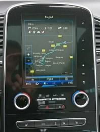 Zaslon infozabavnega sistema R-Link 2 je uporaben, navigacija dobra, vmesnik pa rahlo konfuzen.