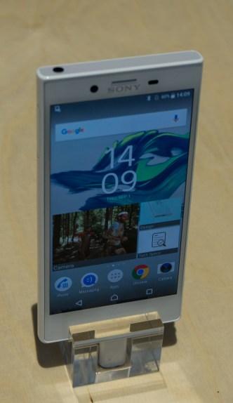 Manjša Xperia X compact nadaljuje tradicijo Sonyjevih kakovostnih telefonov majhnih mer.