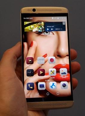 ZTE Axon 7 mini deluje kot dober telefon za 300 evrov. Ni pa niti majhen niti vrhunski.