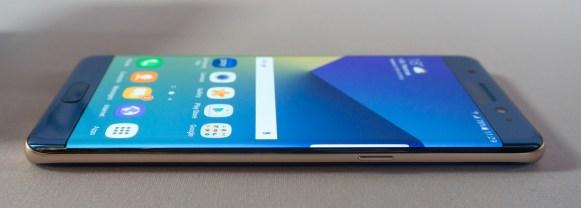 Ukrivljen zaslon je manj opazen kot pri obeh modelih Galaxy S7.