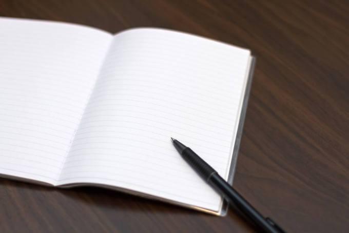 電験3種の勉強をするためのノートとボールペン。