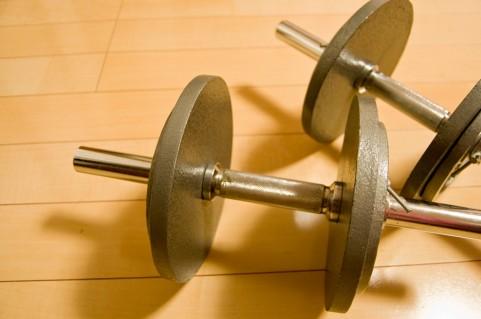 ジムで使うトレーニング機材。