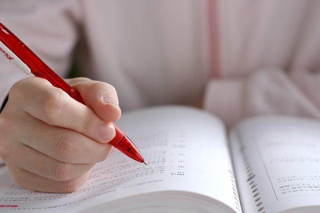 資格の勉強をする人。