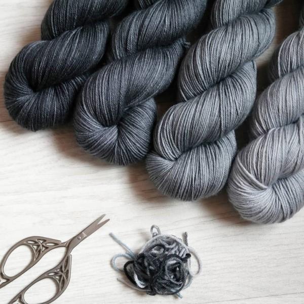 Blouson noir, Thunder, Asphalte et Living in the Grey - Mérinos Superwash - Teinturlurée - Fils et laines teints à la main en France