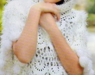 Poncho con capucha de ganchillo