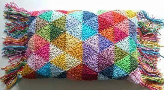 Almohadón crochet triángulo