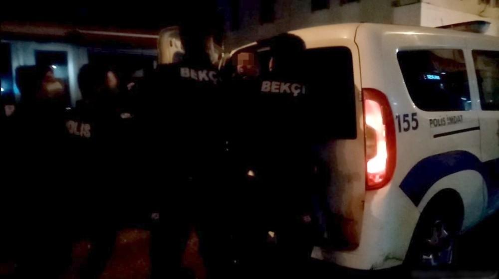 Yola tuvaletini yapıp esnafa rahatsızlık veren şahıs polise tekme savurdu