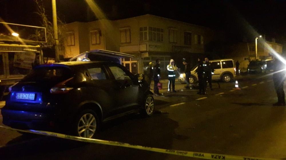Kısıtlama saatlerinde feci kaza: Minibüste sıkışan kadını itfaiye kurtardı