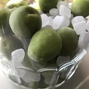 梅と氷砂糖を交互に入れていく