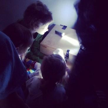 Lapsia avaamassa kummituksen aarrearkkua Museoiden yössä 2013.