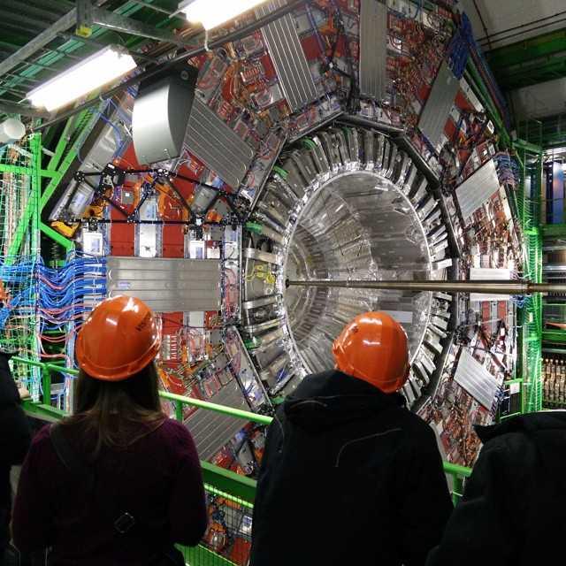Många månaders planering nådde sitt klimax idag när F12 äntligen tog sig till CMS i CERN!!