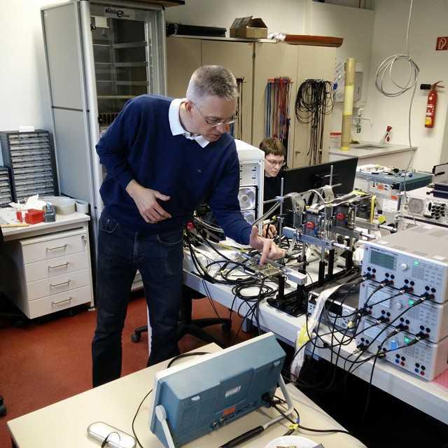 Fullspäckat schema under dagens besök på Heidelberg Universitet idag, vi hälsade på tre olika labb som alla utförde forskning med anknytning till LHC och CERN. Här visar Dr.  Wiedner The Mu3e Experiment ( http://www.physi.uni-heidelberg.de/Forschung/he/mu3e/?lang=en).