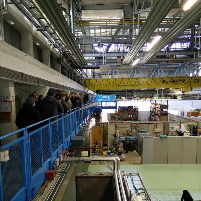Med Hans Danielsson fick vi kika på annan forskning som sker på CERN utöver LHC. I denna lokal finns en kvadratisk accelerator som skickar in anti-protoner i xenongas för att bilda posetroner och elektroner, där anti-protonerna och posetronerna blir antiväte.