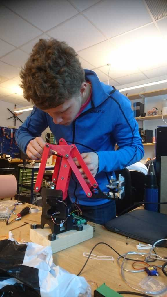Läkarstudenten Lars imponerar med riktigt fina ingenjörsmässiga lösningar.