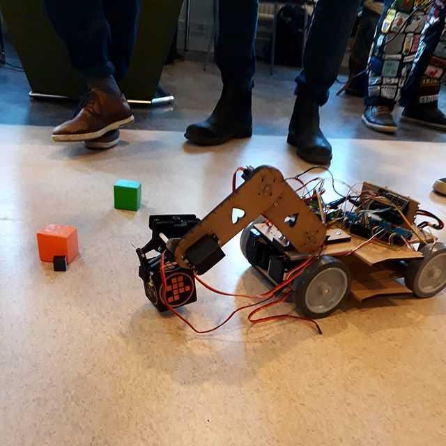 Robotarna värmer upp. Nästa fredag är det dags! 🤖 #robottävlingen #tekniskfysik