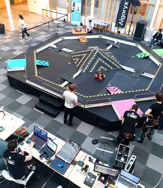 Vi är redo!! Är ni? MIT-place kl 10 och kl 12, eller se tävlingen på www.twitch.tv/tekniskfysik 🤖 #robottävlingen #tekniskfysik
