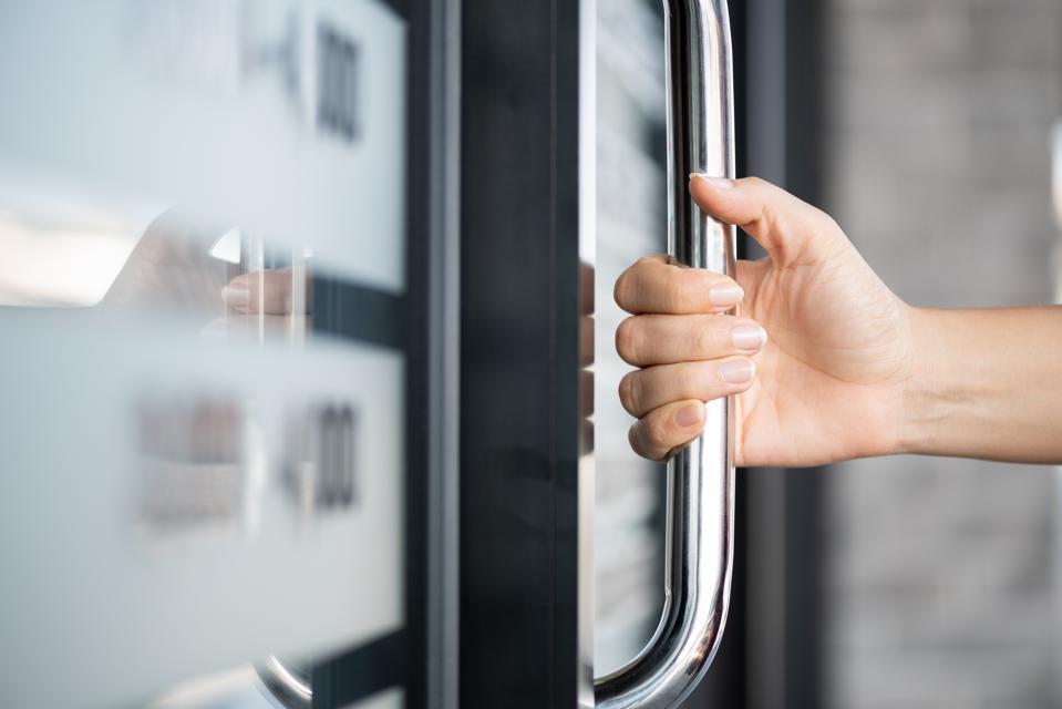 16 Yaşındaki Lise Öğrencisi, Kapı Kollarına Dokunmadan Kapı Açmayı Sağlayacak Bir Araç Geliştirdi