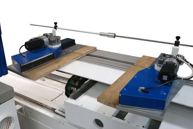 Удерживание боковыми роликами досок на ленточнопильном станке с ЧПУ DUPLEX CNC, производство Bacci Италия
