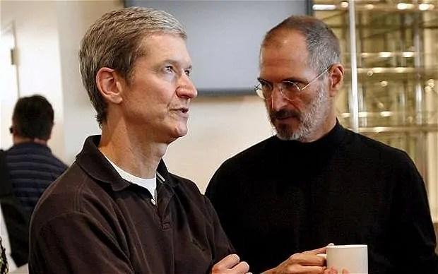 Tim Cook akiwa na Steve Jobs