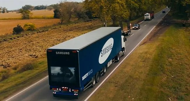 Lori la Samsung Safety Truck likiwa safarini.