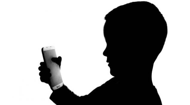 Ilustrasi Anak Menggunakan Smartphone