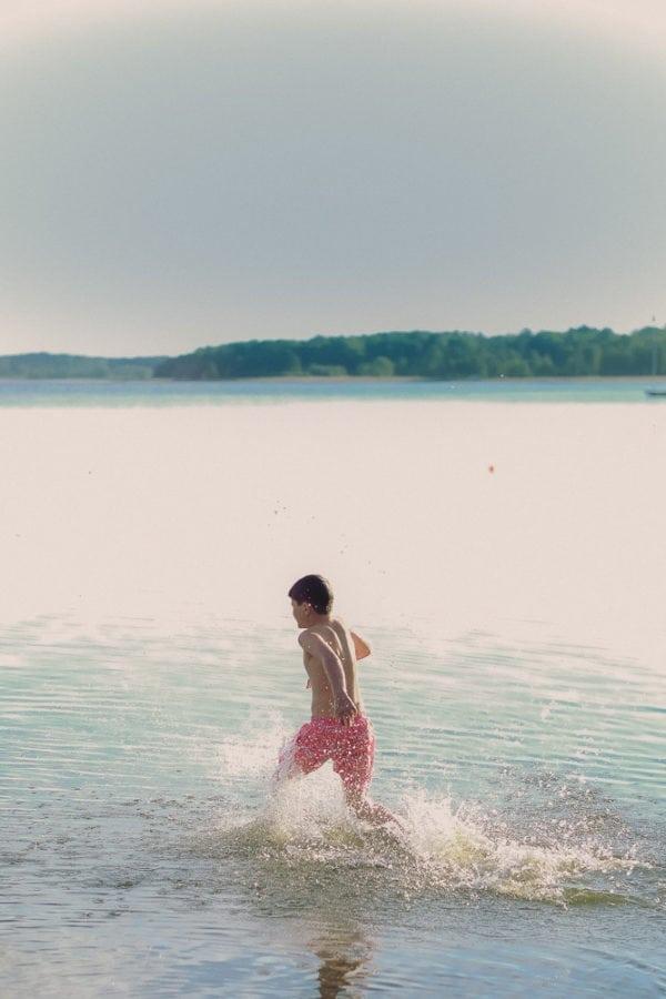 160604_hus30_fotograf_ulrica_hallen_fujifilm_xt1_grillkvall_sommarkvall_barn_kastar_boll-7783