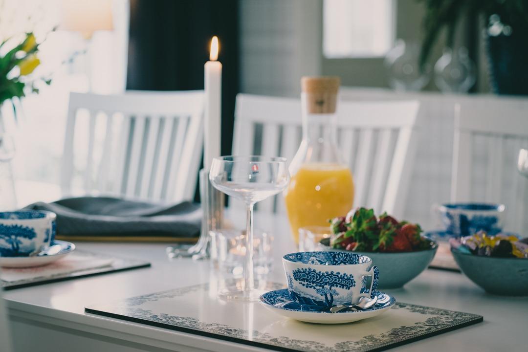 Afternoon tea med Spode Blue Italian och mimosa i glas från Iittala Essence