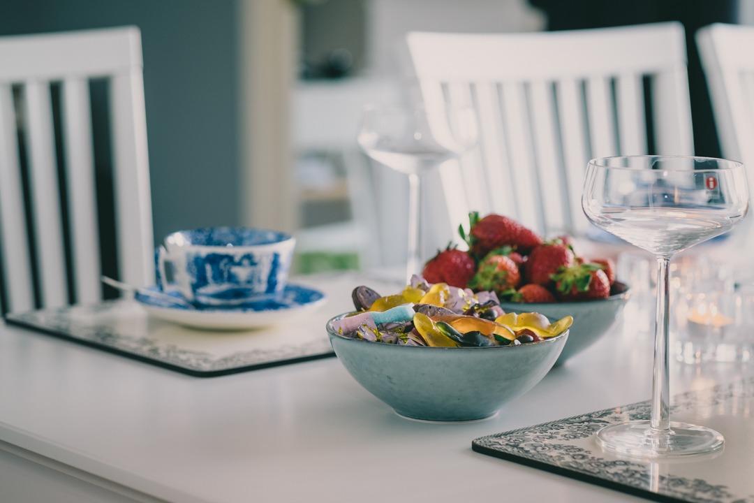 Afternoon tea med Spode Blue Italian och mimosa i glas från Iittala Essence och skålar från Broste Copenhagen