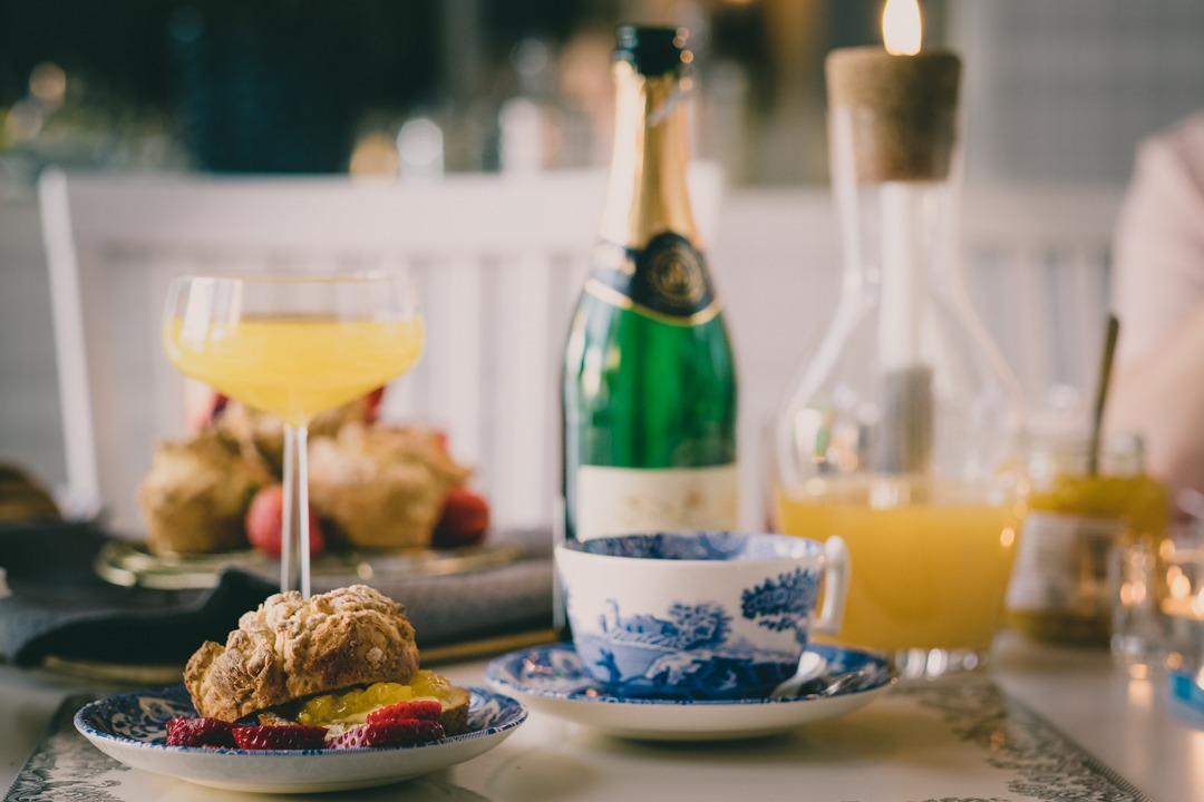 Afternoon tea med engelsk marmelad, mimosa i champagneglas från Iittala och te i Spode blue italian