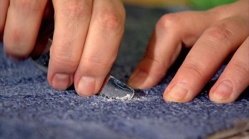 Come e cosa lavare la cera dalla candela da vestiti