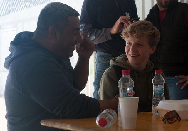 Magnus Spodsberg (th) fra Flakkebjerg Efterskole i samtale med Mohammad fra Syrien.