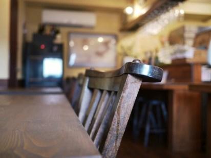 テーブル、看板など店で使われる木工品の多くは、高校時代の同級生でもある「itotokito」さんによるもの