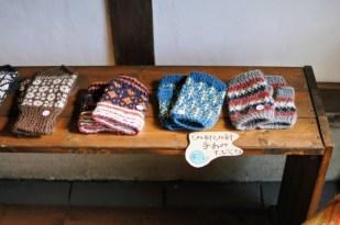 手編みの編み込み手袋も