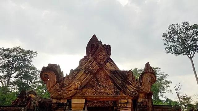 ヒンドゥーの神カーラの上に座るヴィシュヌ神