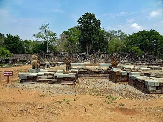 中央寺院が崩壊している中で、ガルーダがきれいに残っている。
