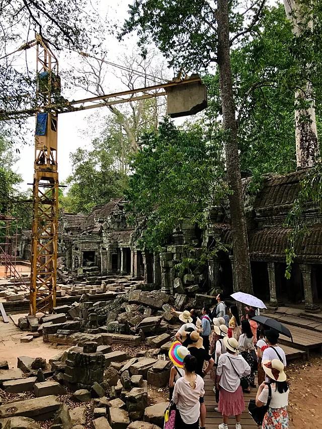 修復工事の模様は、観光客にとっても注目されています。