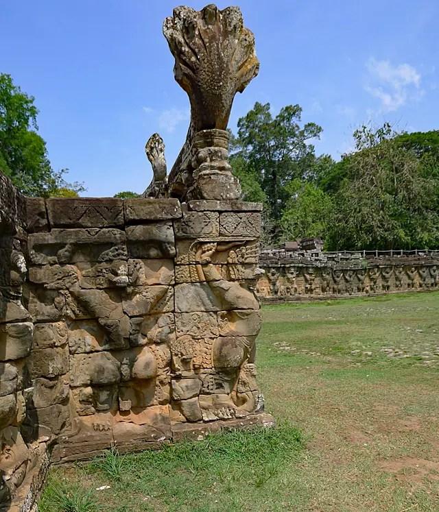 ライオンとガルーダが一体となったガジャシンハ聖獣がテラスを支える。2014年5月3日撮影