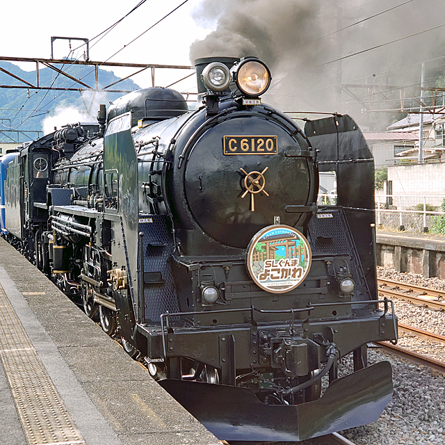 車輪が大きく乗り心地がいいとされる「C61」が高崎駅まで乗客を運びます。
