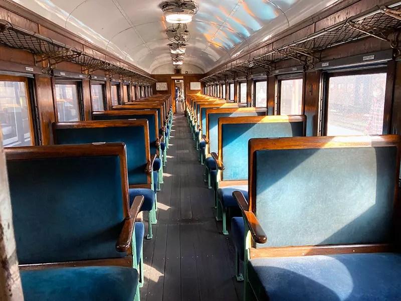 温もりを感じさせる客車内。