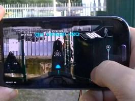 persona jugando un videojuego móvil