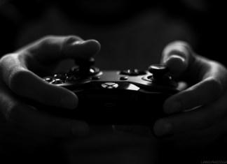 Persona con un mando de Xbox