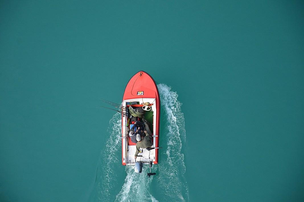 personas en canoa