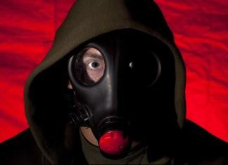 Persona con una máscara antigas