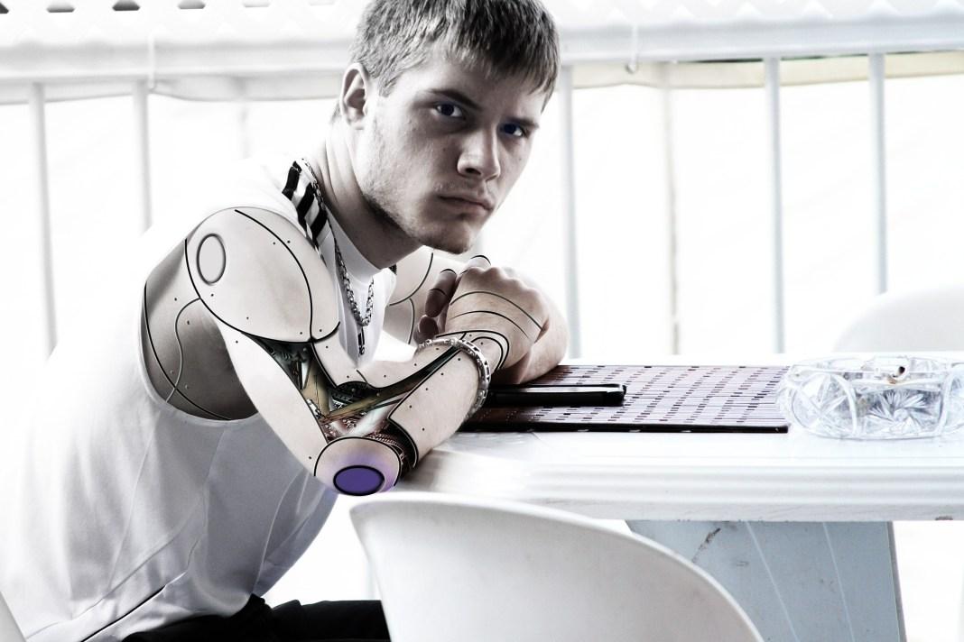 Personas brazos robóticos