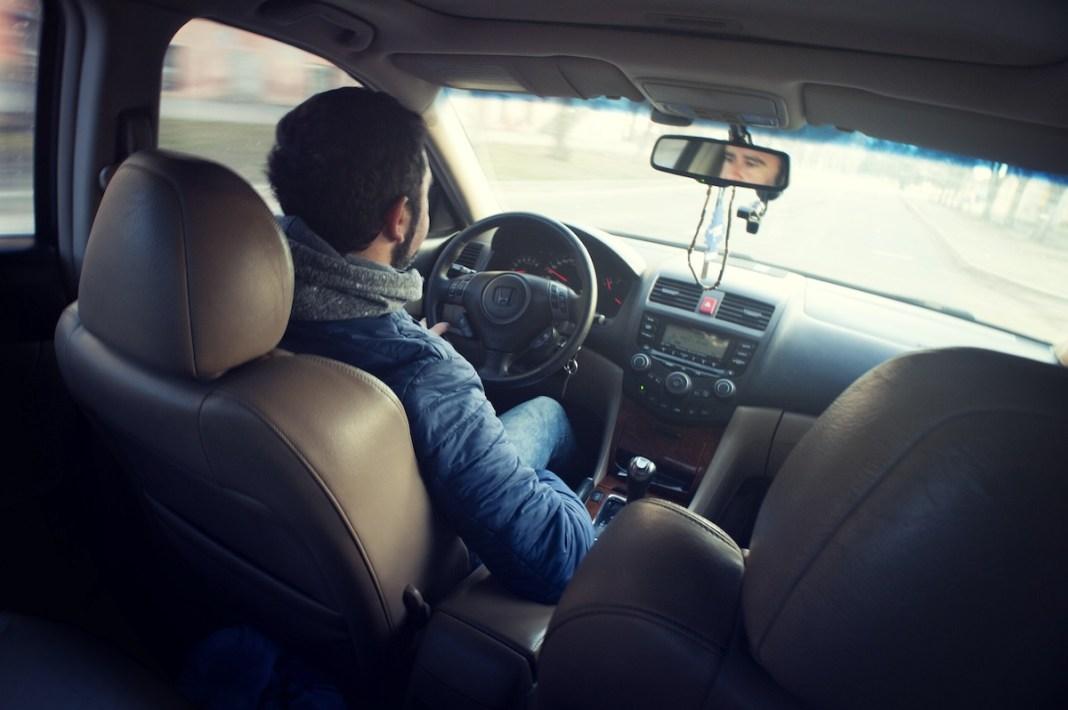 persona en un auto