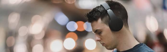 Persona con auriculares