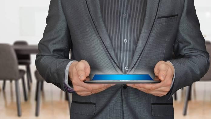 Persona con una tablet en sus manos