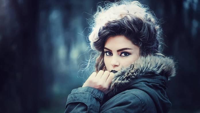 Foto de una chica con abrigo