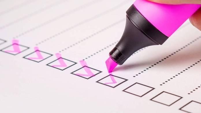 check list con marcador rosa