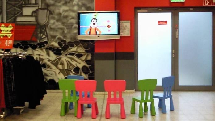 Varias sillas frente a un televisor